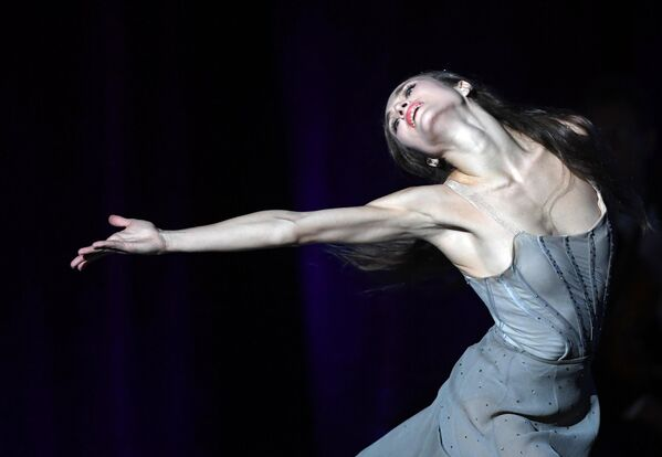 Балерина Екатерина Шипулина выступает на юбилейном вечере народной артистки СССР, композитора Александры Пахмутовой