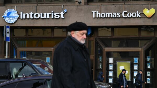 Вывески туроператоров Интурист и Thomas Cook