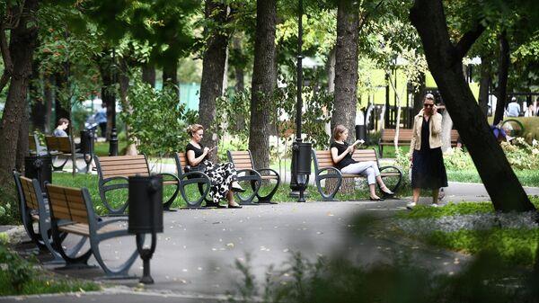 Отдыхающие на благоустроенной территории парка