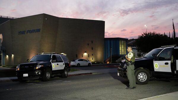 Полиция около школы Saugus High School, штат Калифорния, где произошла стрельба 14 ноября 2019