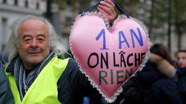 Участник демонстрации по случаю первой годовщины движения Желтые жилеты в Париже