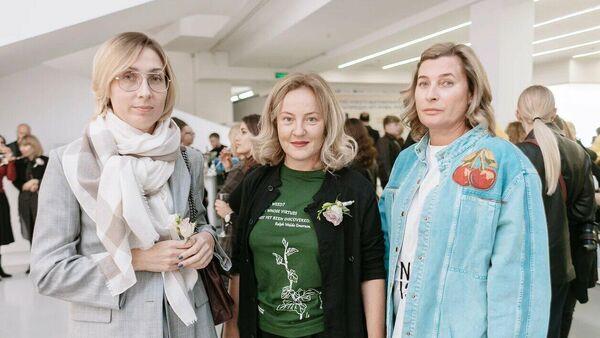 Александра Вертинская с гостями на открытии выставки Парадиз