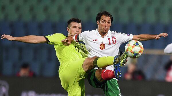 Полузащитник сборной Болгарии Ивелин Попов (справа) и защитник сборной Чехии Ондржей Челустка