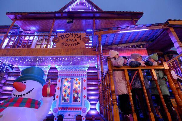 Юные зрители во время празднования дня рождения Деда Мороза в музее-заповеднике Кузьминки-Люблино в Москве