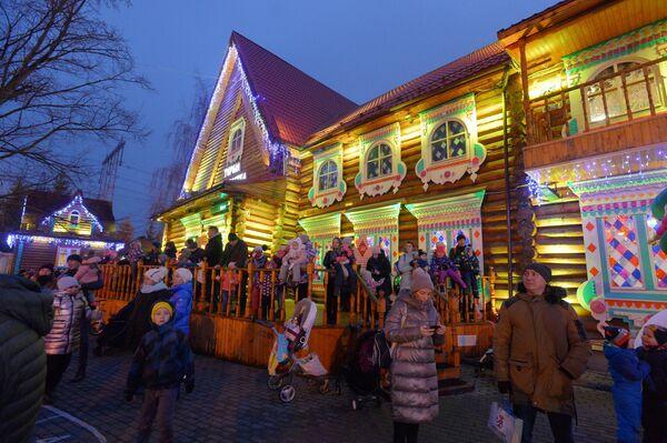 На праздновании дня рождения Деда Мороза в музее-заповеднике Кузьминки-Люблино в Москве