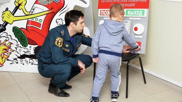 Экскурсия для мальчика Миши в пожарно-спасательной части № 2