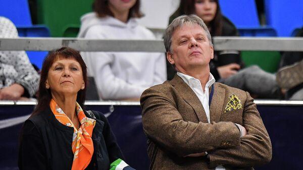 Тренеры Марина Зуева и Ростислав Синицын во время выступления спортсменов в ритмическом танце на V этапе Гран-при по фигурному катанию в Москве.
