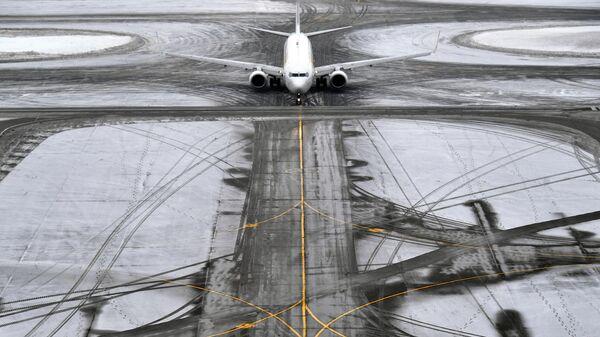 Самолет на рулежной дорожке