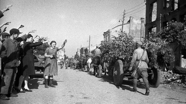 Освобождение Польши от немецко-фашистской оккупации. Город Белосток освобожден 27 июля 1944 года войсками 2-го Белорусского Фронта в ходе Белостокской операции. Жители города Белосток приветствуют советских воинов-освободителей