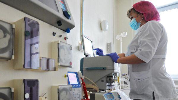 Врач у аппарата искусственной вентиляции легких