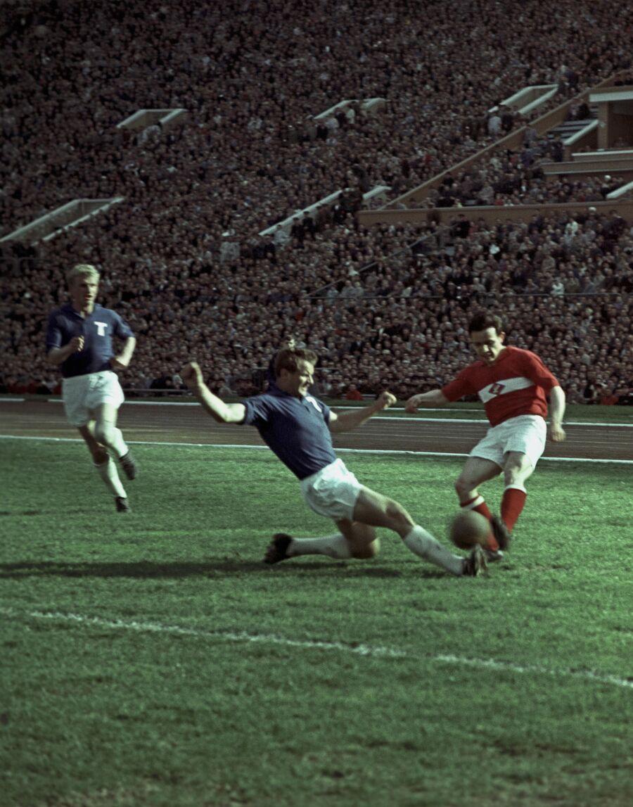 Игровой момент матча чемпионата СССР между Торпедо и Спартаком