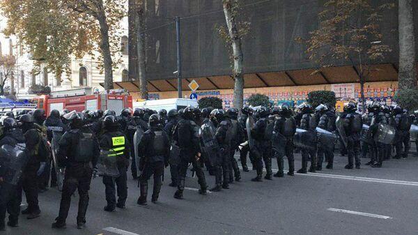 Спецназ в Тбилиси движется к заблокированному зданию парламенту и оттесняет протестующих