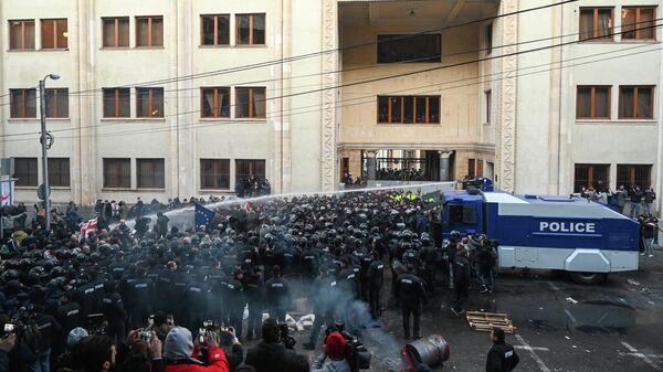Сотрудники грузинского спецназа разгоняют акцию оппозиционеров у здания парламента Грузии