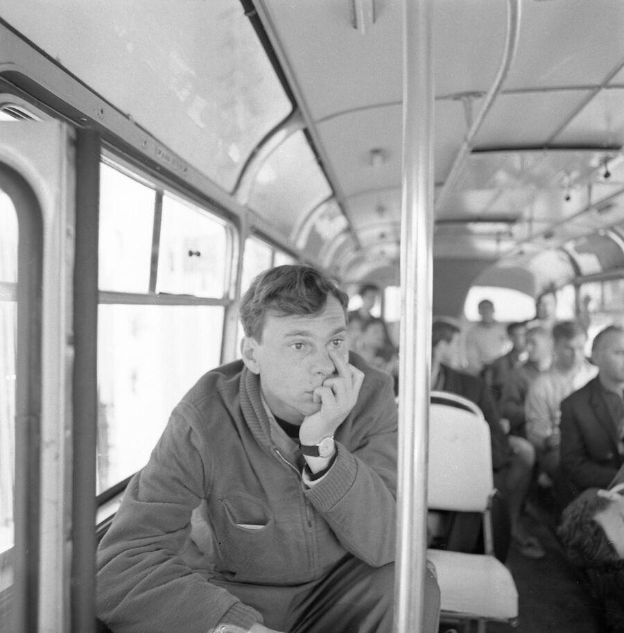 Старший тренер Торпедо Валентин Иванов в командном автобусе