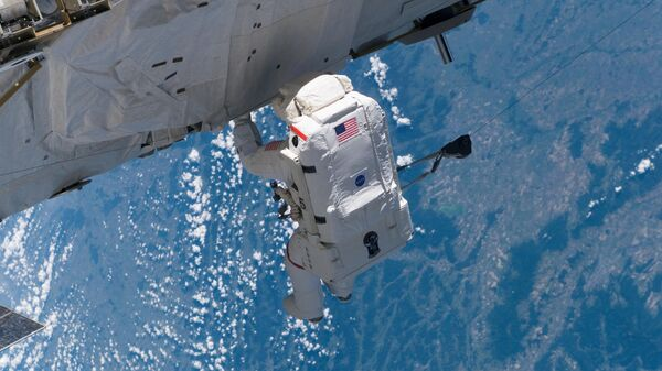 Американский астронавт во время выхода в открытый космос на МКС