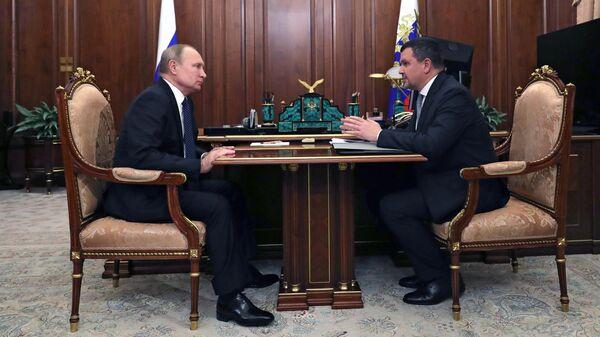 Владимир Путин и заместитель председателя правительства РФ Максим Акимов во время встречи