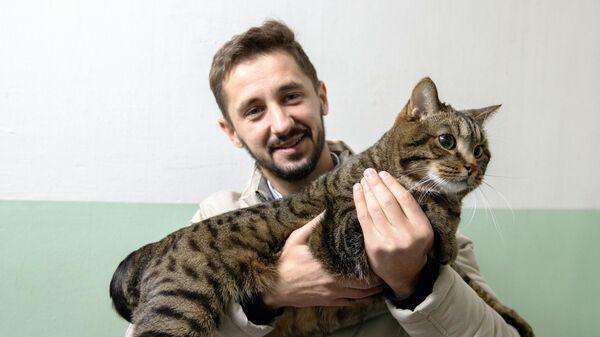 Михаил Галин с котом Виктором