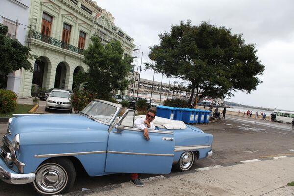 Ретро-автомобиль на улице Гаваны.
