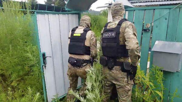 Сотрудники ОМОНа во время задержания организаторов лаборатории по производству синтетических наркотиков под Хабаровском