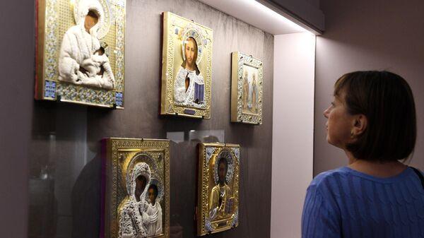 Посетительница выставки Фаберже и придворные ювелиры в Государственном историческом музее в Москве