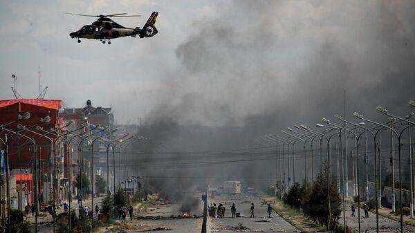 Военный вертолет возле топливного завода Сенката в Эль-Альто, Боливия. 19 ноября 2019