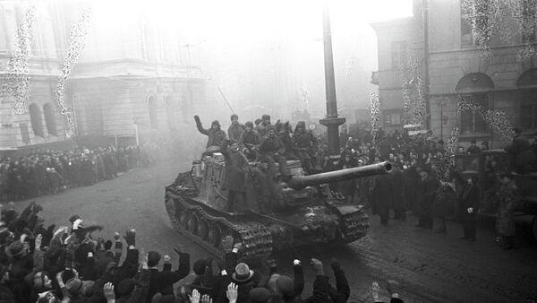 Встреча советских воинов жителями Лодзи