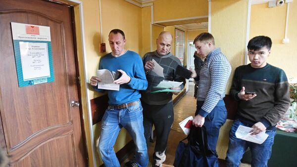 Люди стоят в очереди у кабинета врача-нарколога в Забайкальском краевом наркологическом диспансере
