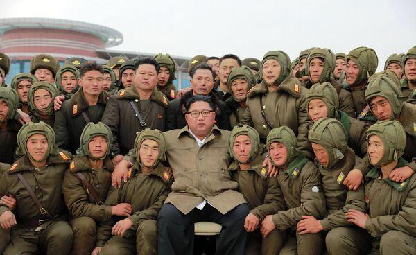 Лидер КНДР Ким Чен Ын с военнослужащими военно-воздушных и противовоздушные сил Корейской народной армии во время учений