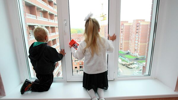Дети у окна в новой квартире