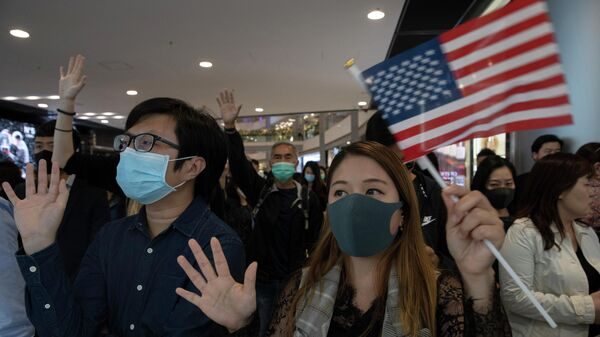 Протестующие в торговом центре IFC в Гонконге
