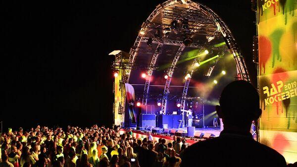 Зрители рядом со сценой на фестивале Rap Koktebel в Крыму