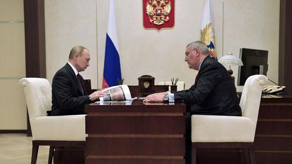 Владимир Путин и генеральный директор Государственной корпорации по космической деятельности Роскосмос Дмитрий Рогозин во время встречи