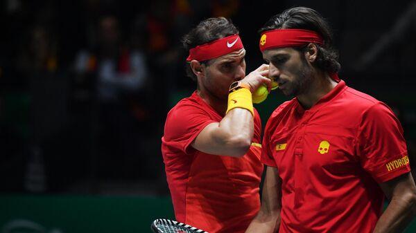 Слева направо: Рафаэль Надаль и Фелисьяно Лопес (Испания) в парной встрече в матче 1/2 финала Кубка Дэвиса между сборными Великобритании и Испании против Джейми Маррея и Нила Скупски (Великобритания).