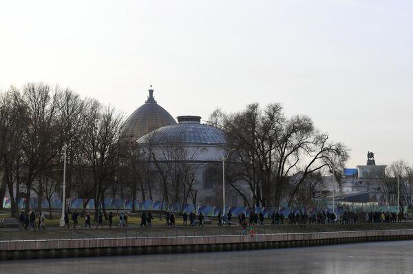Участники акции Человек идущий идут по маршруту: ВДНХ - главный ботанический сад имени Н.В. Цицина РАН - парк-усадьба Останкино