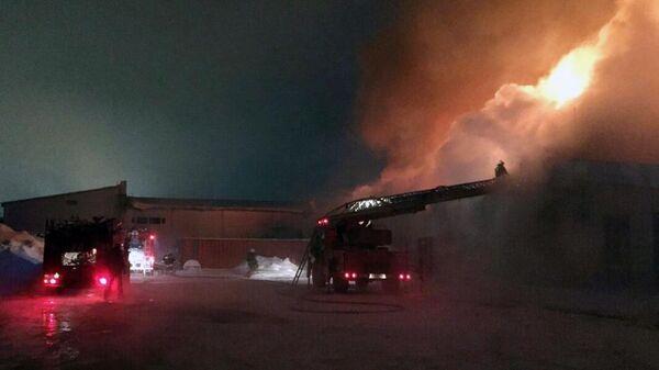 Пожарные расчеты МЧС РФ тушат возгорание в ресторане Кристалл в городе Сургут