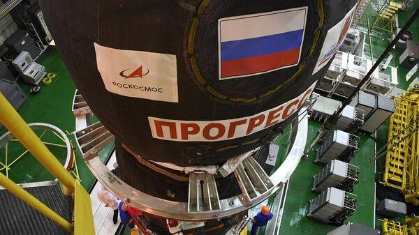 Подготовка к запуску грузового корабля Прогресс МС-13