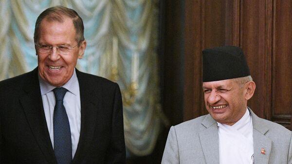 Министр иностранных дел РФ Сергей Лавров и министр иностранных дел Непала Прадип Гьявали во время встречи в Москве