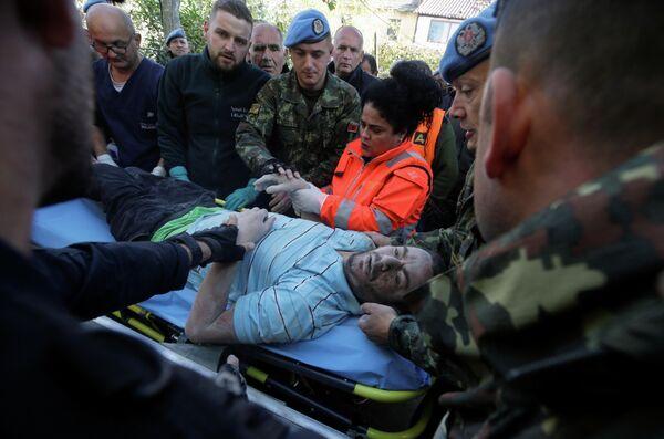 Эвакуация пострадавших от землетрясения в Албании