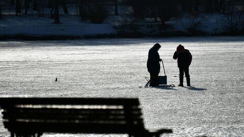 Мужчины на льду пруда в музее-заповеднике Царицыно в Москве