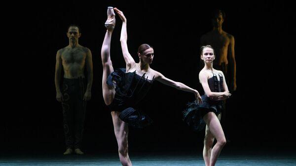 Светлана Захарова (слева на первом плане) в сцене из балета Как дыхание