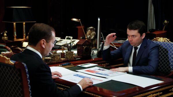 Председатель правительства РФ Дмитрий Медведев и губернатор Мурманской области Андрей Чибис во время встречи. 26 ноября 2019