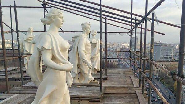 Скульптуры на доме 37 по Ленинскому проспекту в Москве
