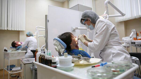Пациенты на приеме у зубного врача в стоматологической поликлиники