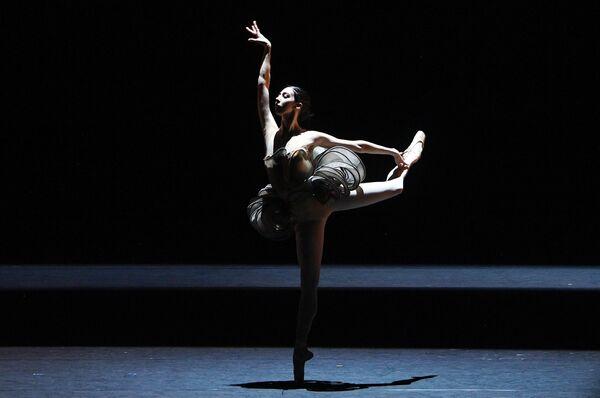 Ана Туразашвили в сцене из балета Как дыхание в рамках премьерного показа новой программы Светланы Захаровой Modanse на исторической сцене Большого театра