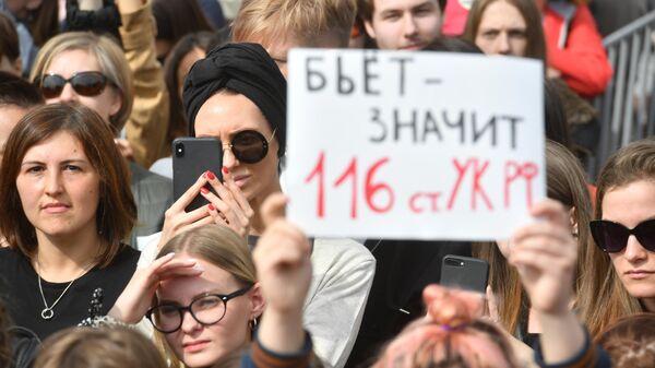 Участники митинга в поддержку сестер Хачатурян в Санкт-Петербурге
