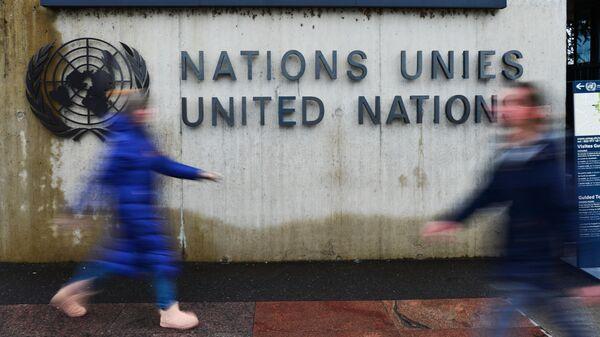 Эмблема Организации Объединенных Наций (ООН) на здании офиса ООН в Женеве