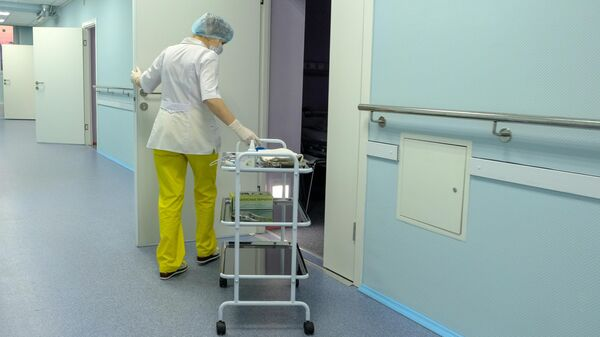 Медицинская сестра в коридоре отделения паллиативной помощи