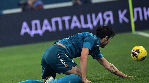 Нападающий Зенита Сердар Азмун во время матча