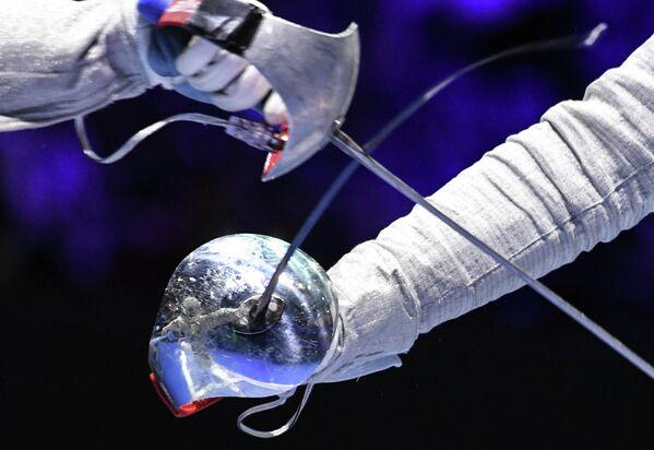 Слева направо: Чань Цзинь Фэй (Гонконг) в поединке против Софьи Великой (Россия) в индивидуальных соревнованиях на саблях среди женщин на чемпионате мира по фехтованию в Будапеште