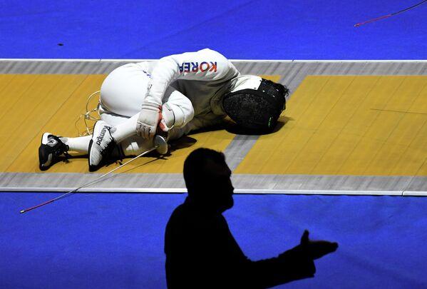 Хо Чун (Южная Корея) в командных соревнованиях на рапирах среди мужчин на чемпионате мира по фехтованию в Будапеште